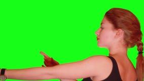 Den trevliga blonda flickan med den flätad tråden dansar på den stående sidan stock video