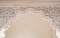 Dörren som dekoreras i arabiska, utformar (Marrakech) Fotografering för Bildbyråer