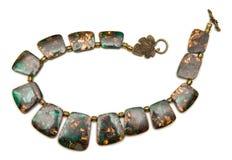 Den trevliga eleganta halsbandet som isoleras på vit bakgrund Royaltyfria Bilder