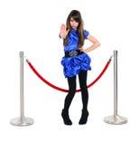 Den trevliga flickan nära barriär för rött rep, stoppar någon med stoppgest Arkivbilder
