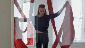 Den trevliga flickan som gör sportar, övar med flyg- silke Arkivbilder