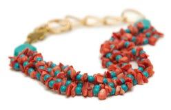 Den trevliga halsbandet med röda pärlor som isoleras på vit bakgrund Royaltyfri Foto