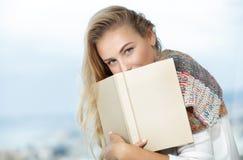 Den trevliga kvinnlign läser en bok arkivfoton