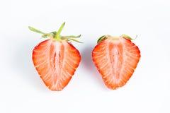 Den trevliga mogna och saftiga jordgubben klippte i halva Arkivbild