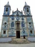 Den trevliga portugisiska kyrkan av de blåa tegelplattorna royaltyfri bild
