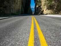 Den trevliga sikten över gatan följer den gula linjen fotografering för bildbyråer