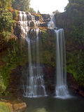 Den trevliga sikten av den Tak Yueng vattenfallet i det Jampasak landskapet Laos Royaltyfri Foto