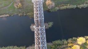 Den trevliga sikten från höjden av järnvägsbron och floden och att flyga surrar över järnvägsbron och järnvägen lager videofilmer