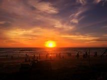 Den trevliga solnedgången på det karonstrandPhuket Thailand loppet och går utanför Arkivbilder