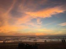 Den trevliga solnedgången på det karonstrandPhuket Thailand loppet och går utanför Royaltyfria Bilder