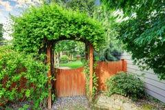 Den trevliga träporten med den hållna brunnen arbeta i trädgården Royaltyfria Foton