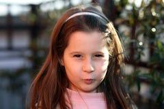 Den trevliga trumpna unga flickan i parkerar utomhus arkivbild