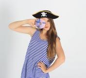Den trevliga unga kvinnan med piratkopierar CD- eller dvdskivan Royaltyfria Bilder