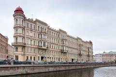 Den triangulära byggnaden på den Griboyedov kanalinvallningen petersburg saint Royaltyfri Fotografi