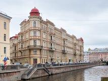 Den triangulära byggnaden på den Griboyedov kanalinvallningen St Petersburg, Royaltyfri Fotografi