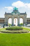 Den triumf- bågen (Arc de Triomphe) i Cinquantenairen parkerar i Bryssel, Belgien Arkivfoton