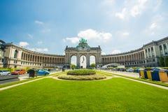 Den triumf- bågen (Arc de Triomphe) i Cinquantenairen parkerar i Bryssel, Belgien Arkivbilder