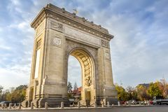 Den triumf- bågen Arcul de Triumf i Bucharest arkivfoto