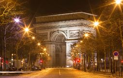 Den triumf- bågen i afton, Paris, Frankrike Royaltyfri Foto
