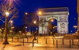 Den triumf- bågen i afton, Paris, Frankrike Arkivfoto