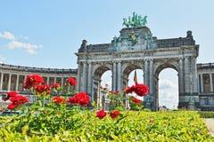 Den triumf- bågen i Cinquantenaire parkerar i Bryssel royaltyfri fotografi