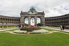 Den triumf- bågen i Cinquantenaire parkerar i Bryssel Royaltyfri Foto