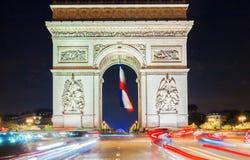 Den triumf- bågen på natten, Paris, Frankrike Arkivfoto