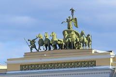 Den triumf- triumfvagnen i himlen ovanför bågen av det allmänna set Arkivbild