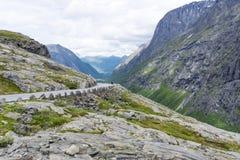 Den Trollstigen vägen mellan bergen, Norge Arkivbild