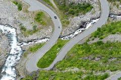 Den Trollstigen vägen mellan bergen, Norge Arkivfoton