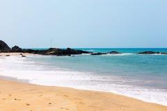 Den tropiska havssikten med träd och vaggar i bakgrunden Royaltyfria Foton