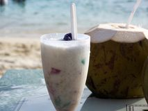 Den tropiska kokosnöten dricker på stranden - selektiv fokus Arkivbild
