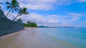 Den tropiska paradisstranden med den vita sand och cocoen gömma i handflatan begrepp för bakgrund för panorama för loppturism bre arkivfoto