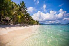 Den tropiska perfekta stranden med gräsplan gömma i handflatan, vit sand Arkivfoto
