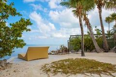 Den tropiska semesterorten med chaisen longs och hängmattor Arkivfoton