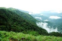 Den tropiska skogen för höga berg med moln som passerar i Indien Fotografering för Bildbyråer