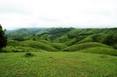 Den tropiska skogen för höga berg med moln som passerar i Indien Arkivbild