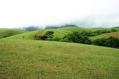 Den tropiska skogen för höga berg med moln som passerar i Indien Royaltyfria Foton