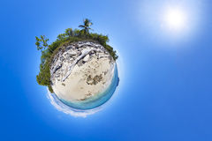Den tropiska stranden med gömma i handflatan Royaltyfri Foto