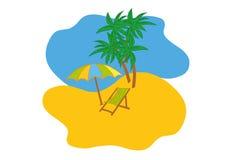 Den tropiska stranden med parasollen, strandstol och trädet gömma i handflatan Bakgrund för begrepp för sommarsemester Royaltyfri Foto