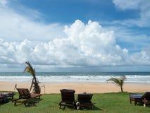 Den tropiska stranden nära hotell Fotografering för Bildbyråer