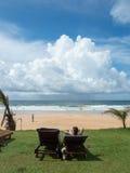 Den tropiska stranden nära hotell Royaltyfri Fotografi