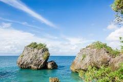 Den tropiska stranden och vaggar Arkivfoto