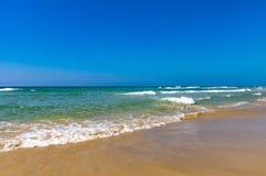 Den tropiska strandsemesterorten för kopplar av Gyckel på stranden Vågor för havskust royaltyfri fotografi