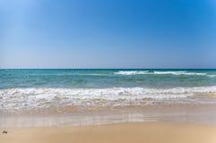 Den tropiska strandsemesterorten f?r kopplar av royaltyfri foto
