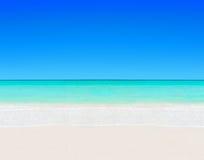 Den tropiska vita sandiga stranden och det klara havet bevattnar naturlig bakgrund Arkivbild