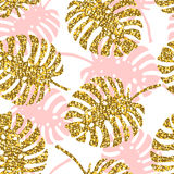 Den tropiskt sömlösa modellen med monsterasidor och guld- blänker textur royaltyfri illustrationer