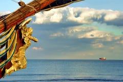 Den träsned galjonsfiguren grundar på fören av det gamla skeppet Royaltyfri Fotografi