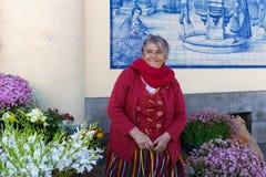 Den Ttraditional kvinnan säljer blommor på en marknad av Funchal, Portugal Royaltyfri Fotografi