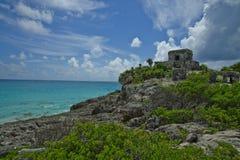 Den Tulum templet sitter högt på en stenig klippa som förbiser turkosvattnet längs kusten av Quintana Roo Arkivfoto